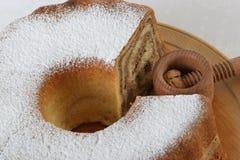 Gâteau traditionnel de noix découpé avec du Cr en bois de noix Photographie stock