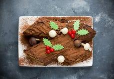 Gâteau traditionnel de Yule Log de Noël décoré de HOL de chocolat images stock