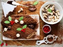 Gâteau traditionnel de Yule Log de Noël décoré de HOL de chocolat photos libres de droits
