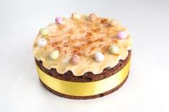 Gâteau traditionnel des Anglais Pâques de gâteau de Simnel, avec l'écrimage de massepain et les 12 boules traditionnelles du mass Photographie stock libre de droits