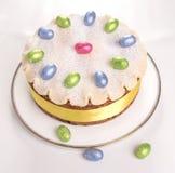 Gâteau traditionnel des Anglais Pâques de gâteau de Simnel, avec l'écrimage de massepain et les 12 boules traditionnelles du mass Image stock