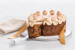 Gâteau traditionnel des Anglais Pâques de gâteau de Simnel, avec l'écrimage de massepain et les 12 boules traditionnelles du mass Images stock