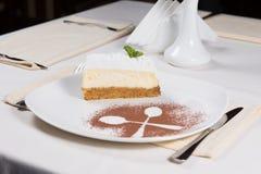 Gâteau trois posé avec le contour de cuillère du plat images libres de droits