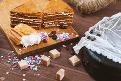 Gâteau trois tendre avec des grains de café et poudre lumineuse sur un fond en bois gris Le foyer sélectif, se ferment  fond pour Photo stock
