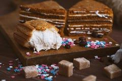 Gâteau trois tendre avec des grains de café et poudre lumineuse sur un fond en bois gris Le foyer sélectif, se ferment  fond pour Images stock