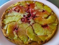 Gâteau tropical d'ananas, un rétro classique délicieux images stock