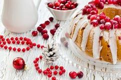 Gâteau vitré fait maison de canneberge pour Noël Image stock