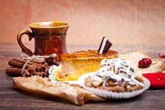 Gâteaux au café avec du chocolat, des épices et des graines de café, fin  Images stock