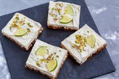 Gâteaux au fromage crus de pistache, de noix de coco et de chaux Image stock