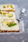 Gâteaux au fromage crus de pistache, de noix de coco et de chaux Photographie stock libre de droits