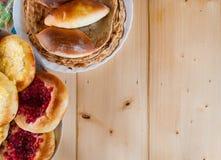 Gâteaux au fromage, tartes et pancackes faits maison parfumés rustiques délicieux Photographie stock libre de droits