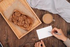 Gâteaux aux pépites de chocolat délicieux sur un plateau sur vieil en bois foncé merci Photographie stock