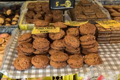 Gâteaux aux pépites de chocolat dans une boutique Images stock