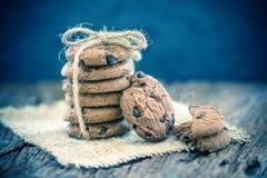 Gâteaux aux pépites de chocolat empilés sur la serviette Images stock