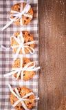 Gâteaux aux pépites de chocolat empilés sur la table en bois Photographie stock libre de droits