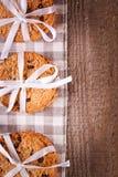Gâteaux aux pépites de chocolat empilés sur la table en bois Images stock