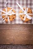 Gâteaux aux pépites de chocolat empilés sur la table en bois Photo libre de droits