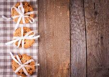 Gâteaux aux pépites de chocolat empilés sur la table en bois Image libre de droits