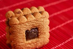 Gâteaux aux pépites de chocolat empilés sur la table de rouge de style Photo libre de droits
