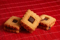 Gâteaux aux pépites de chocolat empilés sur la table de rouge de style Image stock
