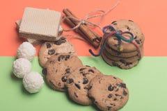 Gâteaux aux pépites de chocolat et bonbons Photographie stock libre de droits