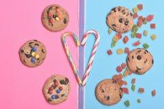 Gâteaux aux pépites de chocolat et sucreries Image libre de droits