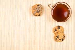 Gâteaux aux pépites de chocolat et tasse cuits au four de thé image libre de droits