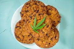 Gâteaux aux pépites de chocolat faits maison délicieux avec des cannabis de CBD et photographie stock libre de droits