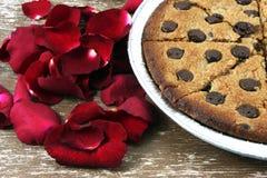 gâteaux aux pépites de chocolat mous avec des pétales de rose Image libre de droits