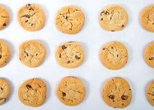Gâteaux aux pépites de chocolat plats de vue sur un plateau de cuisson photos stock