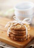 Gâteaux aux pépites de chocolat sur la table en bois Photo libre de droits