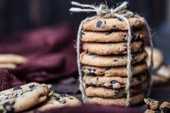 Gâteaux aux pépites de chocolat sur la table en bois Dessert fait maison de biscuits Photographie stock libre de droits