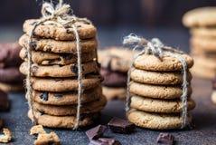 Gâteaux aux pépites de chocolat sur la table en bois Dessert fait maison de biscuits Photographie stock