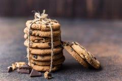 Gâteaux aux pépites de chocolat sur la table en bois Dessert fait maison de biscuits Images stock