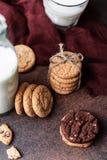 Gâteaux aux pépites de chocolat sur la table en bois Dessert fait maison de biscuits Photos libres de droits