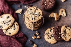 Gâteaux aux pépites de chocolat sur la table en bois Dessert fait maison de biscuits Image libre de droits
