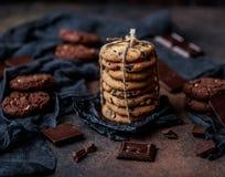Gâteaux aux pépites de chocolat sur la table en bois Dessert fait maison de biscuits Photo stock