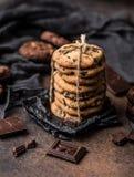 Gâteaux aux pépites de chocolat sur la table en bois Dessert fait maison de biscuits Image stock