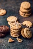 Gâteaux aux pépites de chocolat sur la table en bois Dessert fait maison de biscuits Images libres de droits