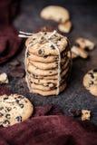Gâteaux aux pépites de chocolat sur la table en bois Dessert fait maison de biscuits Photos stock