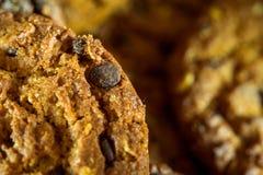 Gâteaux aux pépites de chocolat sur le fond rustique de noir foncé empilé photo libre de droits