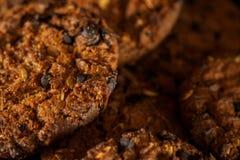Gâteaux aux pépites de chocolat sur le fond rustique de noir foncé empilé image libre de droits
