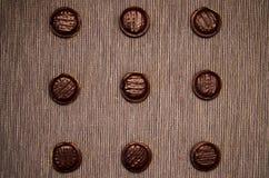 Gâteaux aux pépites de chocolat sur un fond foncé image stock