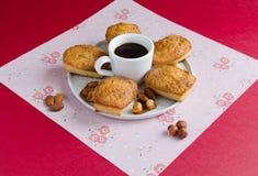 Gâteaux avec du sucre caramélisé et l'amande déchiquetée sur le fond rouge Photo stock