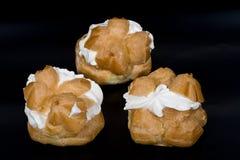 Gâteaux avec la crème. Images stock