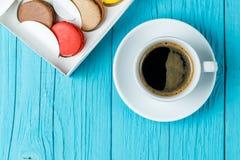 Gâteaux avec la cuvette de café Photographie stock libre de droits
