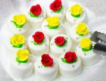 Gâteaux blancs avec des roses Photographie stock libre de droits