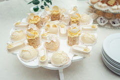 Gâteaux blancs et petits gâteaux sur le plat de blanc de vintage Photographie stock