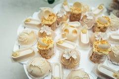 Gâteaux blancs et petits gâteaux sur le plat de blanc de vintage Image stock