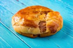 Gâteaux caoutchouteux doux ou le chickee de vue de côté les mini durcit sur le bleu images stock